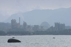 Fabbrica del cemento dal litorale Fotografie Stock