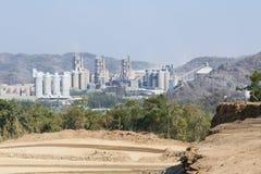 Fabbrica del cemento nelle montagne Fotografia Stock Libera da Diritti
