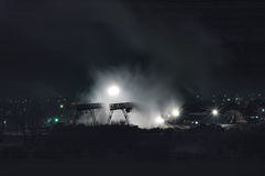 Fabbrica del compensato sulla sponda del fiume di Tura alla notte Immagine Stock