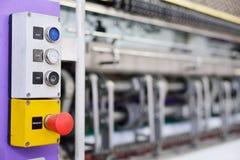 Fabbrica dell'indumento, attrezzatura di produzione Partenza e mana dei bottoni Fotografia Stock