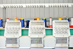 Fabbrica dell'indumento L'attrezzatura per un ricamo su tessuto Immagine Stock