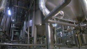 Fabbrica dell'olio e del prodotto chimico Costruzioni complesse di ingegneria, carri armati, conduttura astratta stock footage