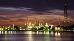 Fabbrica della raffineria dell'olio di petrolio sopra alba Fotografia Stock Libera da Diritti