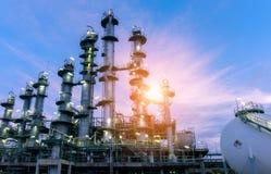 Fabbrica della raffineria di industria petrolifera al tramonto, petrochemic immagini stock libere da diritti
