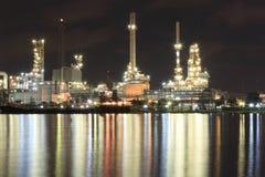 Fabbrica della raffineria di petrolio e del fiume Fotografia Stock Libera da Diritti