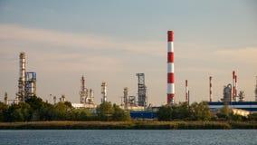 Fabbrica della raffineria di petrolio e del fiume a Danzica, Polonia immagini stock