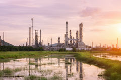 Fabbrica della raffineria di petrolio a penombra Fotografia Stock