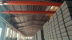 Fabbrica delle lastre per pavimentazione Mattonelle accatastate in pallet Lastre per pavimentazione del magazzino nella fabbrica  stock footage