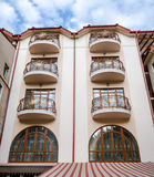 Fabbrica di birra reale della casa a quattro livelli con i balconi e le finestre su un fondo delle nuvole a Leopoli Immagine Stock