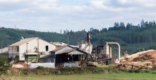 Fabbrica di elaborazione del legname con un escavatore fotografie stock libere da diritti