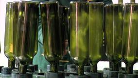 Fabbrica di imbottigliamento del vino video d archivio
