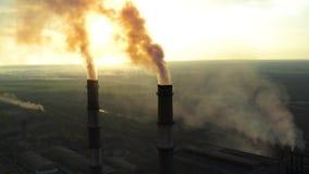 Fabbrica di inquinamento all'alba archivi video