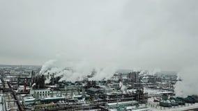 Fabbrica di inquinamento nell'inverno freddo, vista aerea Fondo di industria chimica archivi video