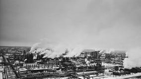 Fabbrica di inquinamento nell'inverno, vista aerea Industria chimica in bianco e nero archivi video
