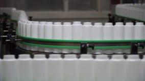 Fabbrica e concetto di ricerca clip Bottiglie che muovono linea sopra fabbricante Imbottiglia la linea sul nastro trasportatore p video d archivio