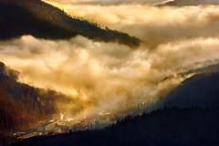 Fabbrica industriale al tramonto sotto le nuvole Fotografia Stock