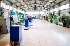 Fabbrica industriale con le macchine di CNC fotografia stock