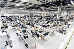 Fabbrica industriale per il montaggio della microelettronica - interno a fotografia stock libera da diritti