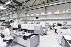 Fabbrica industriale per il montaggio della microelettronica - interno a immagini stock