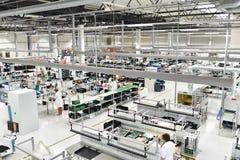 Fabbrica industriale per il montaggio della microelettronica - interno a fotografie stock libere da diritti