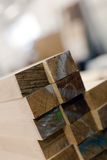 Fabbrica interna dei torni del dettaglio di legno della pila Immagine Stock