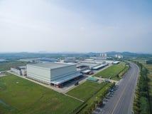 Fabbrica moderna aerea del centro di distribuzione fotografie stock
