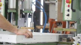 Fabbrica per produzione delle finestre e delle porte del PVC Lavoratori in officina Lavori di fabbricazione Lavoro della fabbrica stock footage