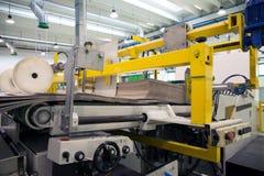 Fabbrica - produzione dei contenitori delle derrate alimentari del cartone Fotografie Stock Libere da Diritti