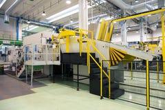 Fabbrica - produzione dei contenitori delle derrate alimentari del cartone Fotografie Stock