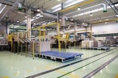 Fabbrica - produzione dei contenitori delle derrate alimentari del cartone Fotografia Stock