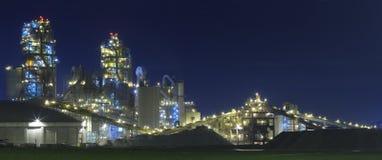 Fabbrica/stabilimento chimico alla notte Fotografia Stock