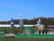 Fabbricati agricoli fra i campi Fabbrica situata nel paesaggio naturale Costruzioni tecniche vicino alla foresta ed ai campi racc Immagini Stock Libere da Diritti