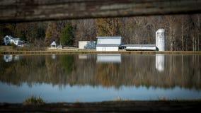 Fabbricati agricoli su un lago in Nord Carolina immagini stock libere da diritti