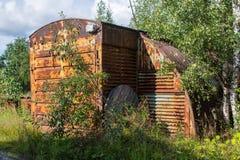 Fabbricati industriali abbandonati nella regione di Leningrado, Russia Immagine Stock