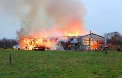 Fabbricato agricolo bruciante con il fieno Fotografia Stock Libera da Diritti