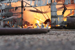 Fabbricato agricolo bruciante con il fieno Fotografia Stock