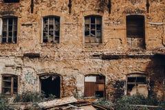 Fabbricato industriale rovinato abbandonato del mattone rosso in samara, Russia, esterno bruciato rotto della fabbrica Immagine Stock