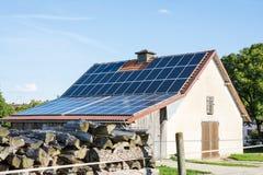 Fabbricato rurale con i pannelli solari Immagine Stock
