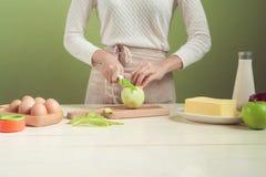 Fabbricazione d'uso del grembiule della moglie della Camera Punti di produrre la mela di cottura c Fotografia Stock