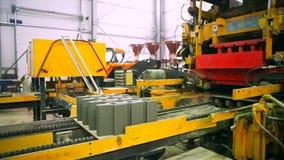 Fabbricazione dei ciottoli alla fabbrica stock footage