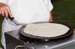 Fabbricazione dei crepes freschi Fotografie Stock