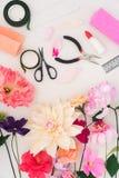 Fabbricazione dei fiori di carta Immagine Stock