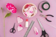 Fabbricazione dei fiori di carta Fotografie Stock Libere da Diritti