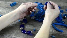 Fabbricazione dei gioielli della donna stock footage