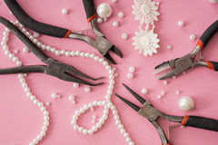 Fabbricazione dei gioielli fatti a mano Perla che fa gli accessori Immagini Stock