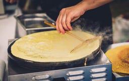 Fabbricazione dei pancake di crêpe nel festival del mercato libero giusto fotografie stock