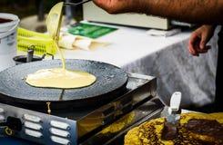 Fabbricazione dei pancake di crêpe nel festival del mercato libero giusto Fotografia Stock