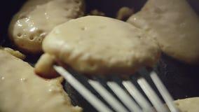 Fabbricazione dei pancake fatti domestici sulla padella al rallentatore 1920x1080 video d archivio