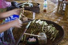 Fabbricazione dei sigari birmani Fotografia Stock