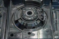 Fabbricazione dei sistemi audio per le automobili Nel centro della foto ? un altoparlante Vista posteriore immagini stock libere da diritti